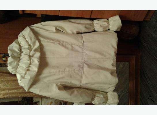 Куртка белого цвета на тонком синтепоне