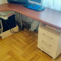 Продам письменный угловой стол в отличном состоянии, в г.Минск