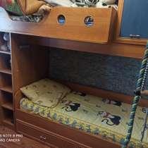 Продам двухъярусную кровать с встроенными шкафчиками. 6500т, в Белово