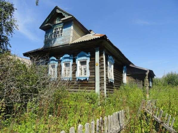 Бревенчатый дом в жилой деревне, в тихом живописном месте