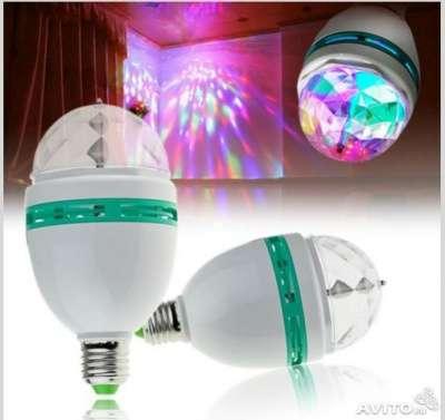 Лампа LED RGB, вращающаяся вокруг своей
