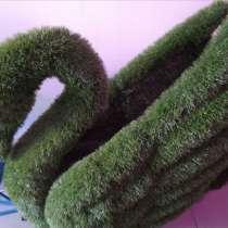 Зеленая фигура Лебедь из искусственной травы, в Краснодаре