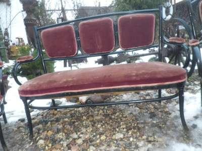 Старинный  диван  и  два  кресла..