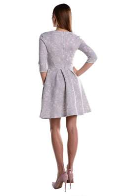 Платье из неопрена с расклешенной юбкой