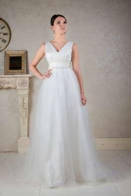 Легкое свадебное платье со шлейфом